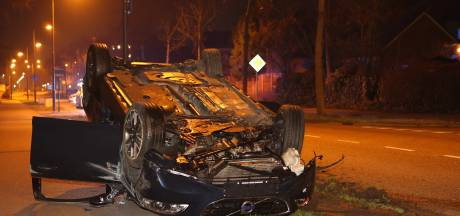 Auto met drie inzittenden crasht en belandt op zijn kop in Den Bosch, cilinder met lachgas aangetroffen