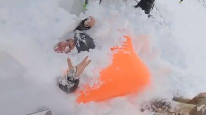 """""""Help mij! Help mij!"""" Snowboarders filmen dramatische redding van Britse vrouw bedolven onder lawine in Zwitsers skigebied"""