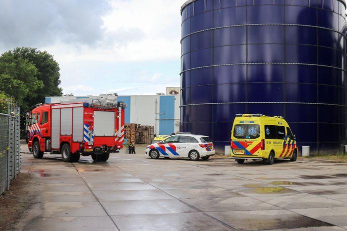 De hulpdiensten kwamen ter plaatse bij de bedrijfshal in Putten waar het ongeluk gebeurde.