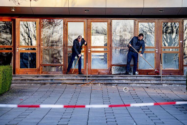 Opruimwerkzaamheden voor de Mieraskerk in Krimpen aan den IJssel, die dinsdagnacht werd beschadigd door zwaar vuurwerk. Beeld EPA