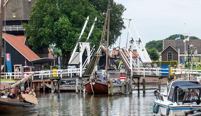 Dit beeld gaat verdwijnen. Vanaf 23 augustus is de Vissershaven acht maanden het domein van werklieden die nieuwe steigers maken langs de Havendam (rechts) en de houten ophaalburg wordt gesloopt.