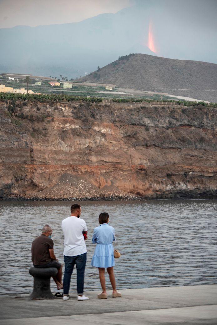 Des personnes regardent le volcan Cumbre Vieja en éruption sur l'île de La Palma, dans les îles Canaries, en Espagne, le 26 septembre 2021.