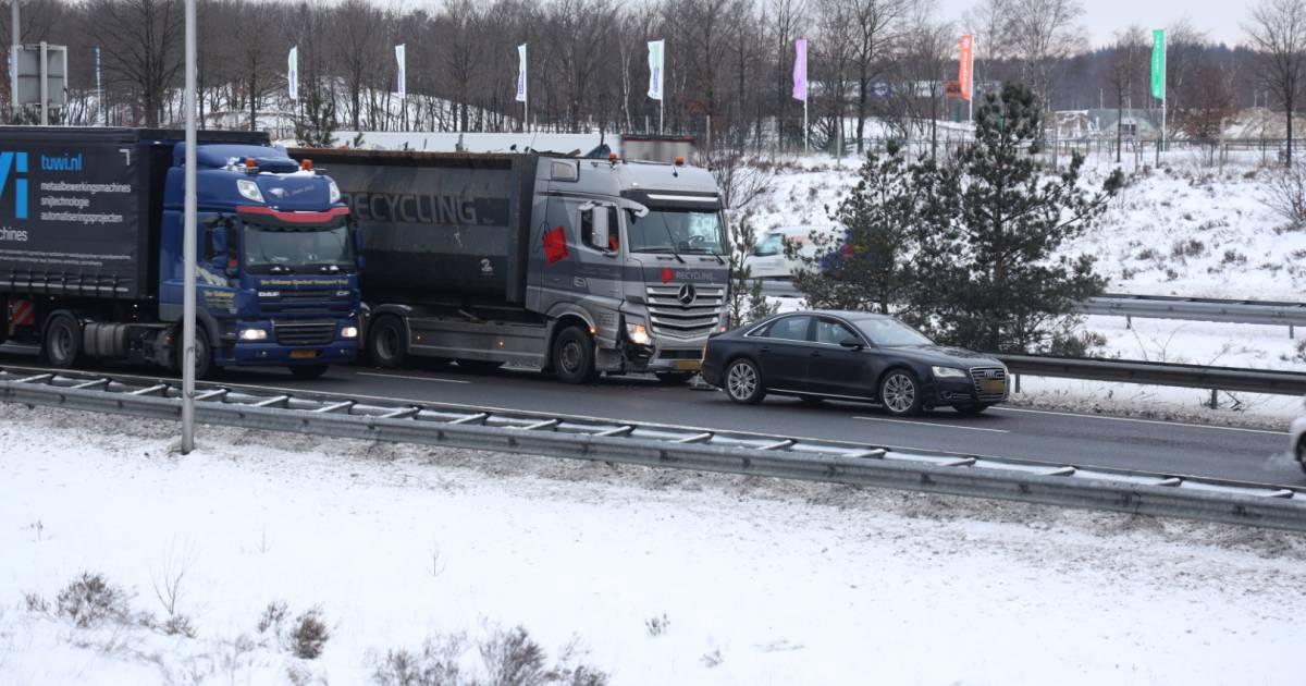 File op A50 bij Arnhem door gaten in de weg én ongeluk.