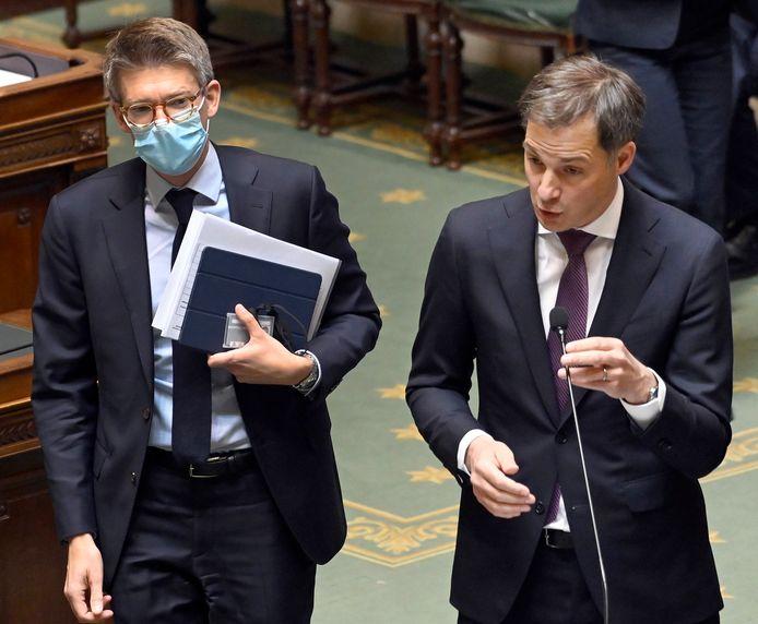 Minister van Werk Pierre-Yves Dermagne (PS) en premier Alexander De Croo (Open VLD) gisteren in het parlement.