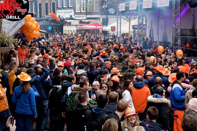 Traditiegetrouw is de Reguliersdwarsstraat een groot straatfeest Beeld anp
