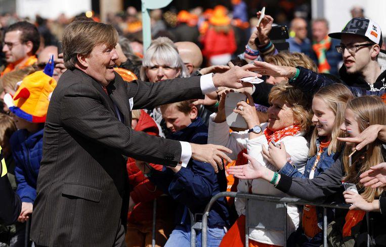 Koning Willem-Alexander groet het publiek in Tilburg. Beeld ANP