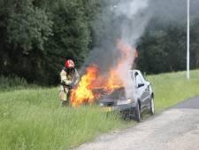 Auto vliegt al rijdend in brand bij Baarn