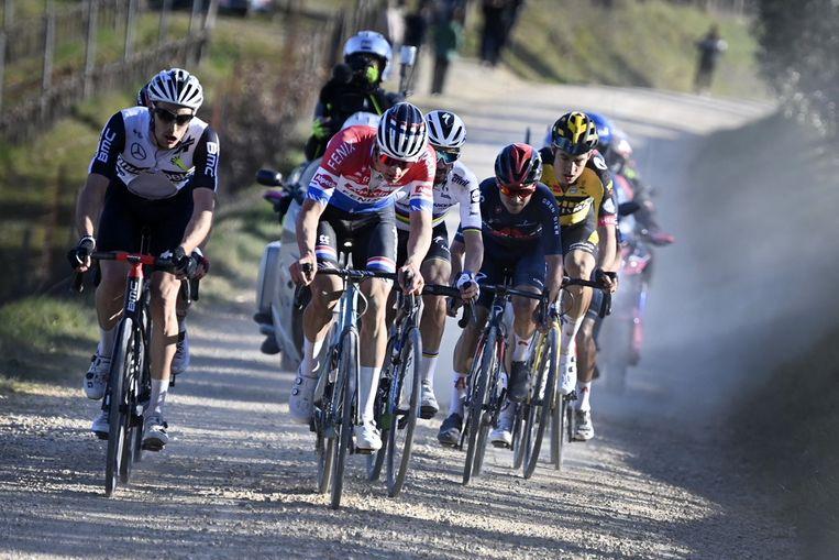 Mathieu van der Poel naast Michael Gogl op een van de onverharde wegen van de Strade Bianche. Beeld ANP