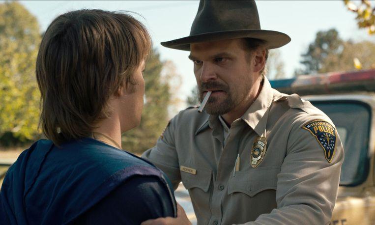 David Harbour als Hopper in 'Stranger Things'... met de obligatoire sigaret in de mond.