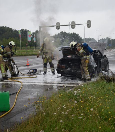Auto brandt volledig uit bij verkeerslichten in Rhenen