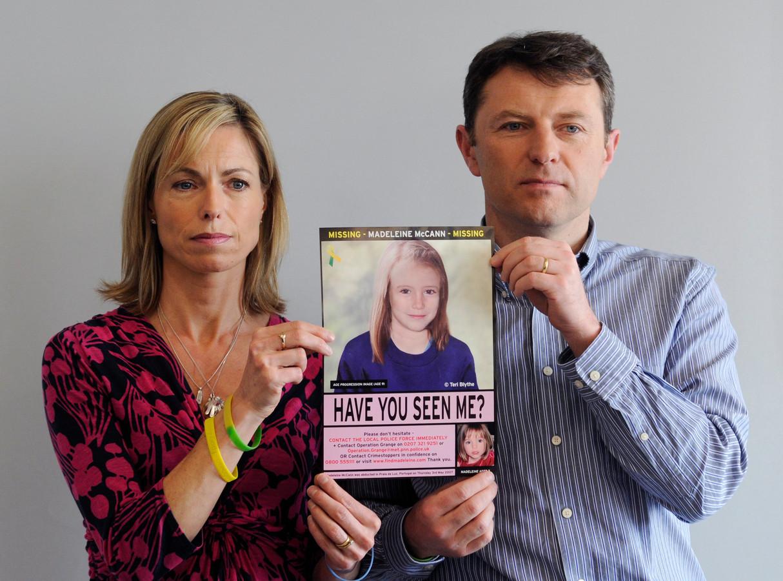 Kate en Gerry McCann, de ouders van de al twaalf jaar vermiste Madeleine, tonen de poster met de verouderingsfoto van hun dochter.