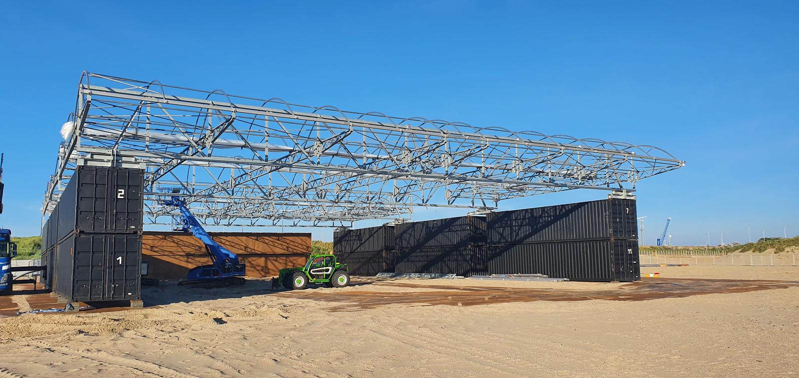 De opbouw van de dakconstructie op het strand van Zeebrugge is al gestart.