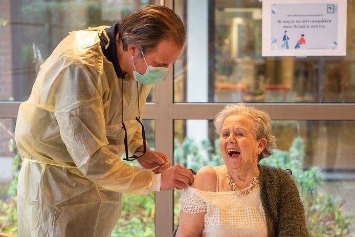 Archiefbeeld: Denise De Grave (87) kreeg vorige week als eerste Gentse rusthuisbewoner een inspuiting.