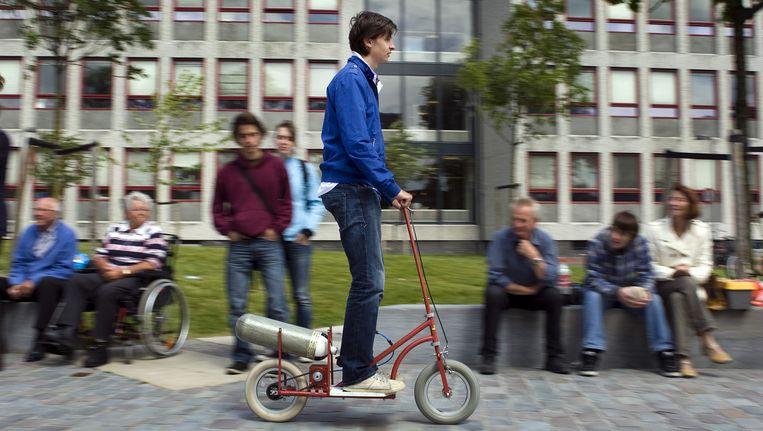Studenten van de TU Delft nemen in 2010 deel aan een stepwedstrijd in het Mekelpark. Beeld anp