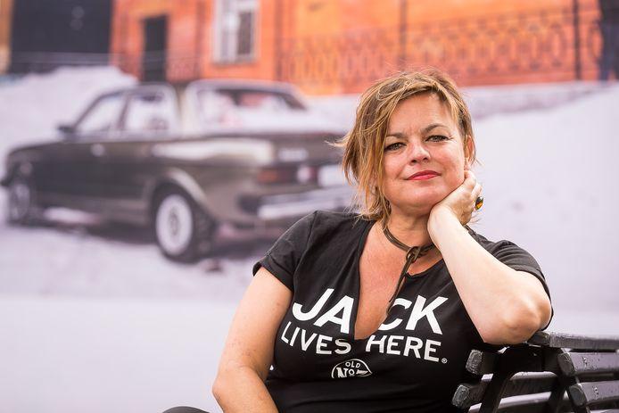 Deborah Ostrega werd naast zangeres, actrice en presentatrice ook bekend als zogenoemd 'streelmeisje' in de televisieshow Het Rad Van Fortuin.