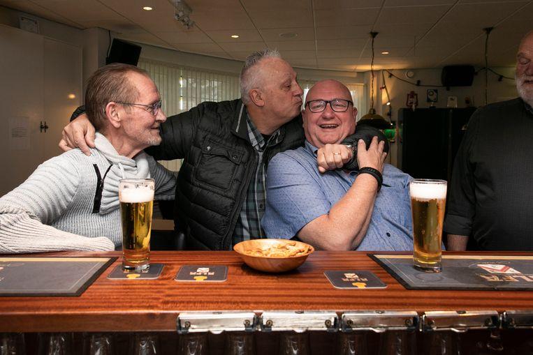 Henk Ossebaar wordt gekust door Piet, die nog bij het GVB werkt. Beeld Dingena Mol