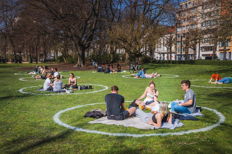 Coronaproof van de lentezon genieten in het Zuidpark in Gent. Hoeft dit over een maand niet meer? Beeld Wannes Nimmegeers