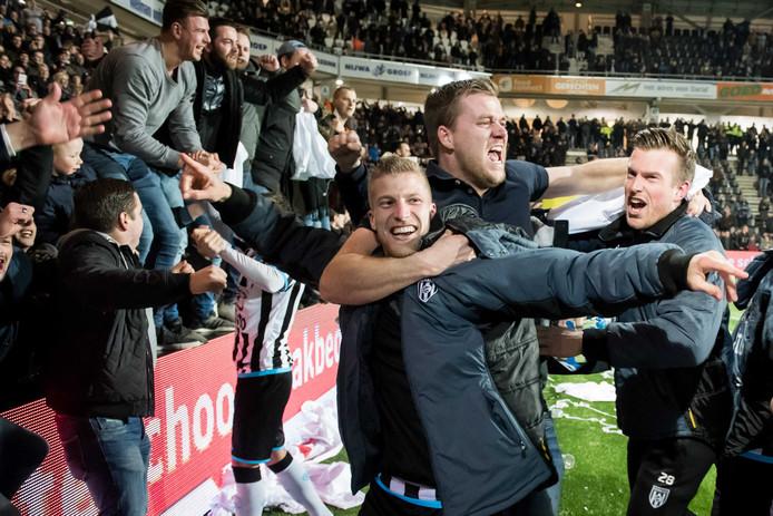 Grote vreugde bij de spelers en fans van Heracles Almelo na de 2-1 winst op FC Twente dit seizoen. Ook reservedoelman Michael Brouwer (rechts) deelde mee in de feestvreugde.