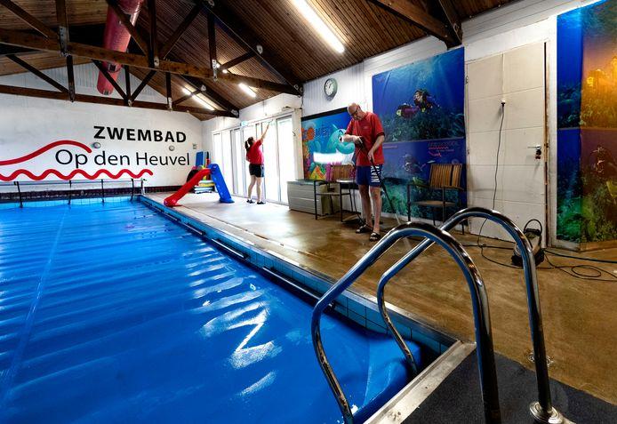 Eigenaar Hans de Vries is nu - zij het noodgedwongen - vooral bezig met onderhoud aan zijn zwembad in Hoogeloon.