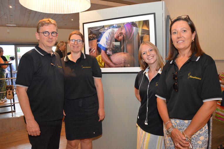 Guy Verhulst (links op de foto) met echtgenote Lut (rechts) en twee medewerkers tijdens de fototentoonstelling Renaissance in zaal Basiel in Haaltert.
