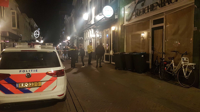 Bij de steekpartij bij café Fatih aan de Oudestraat in Kampen is de portier ernstig gewond geraakt.