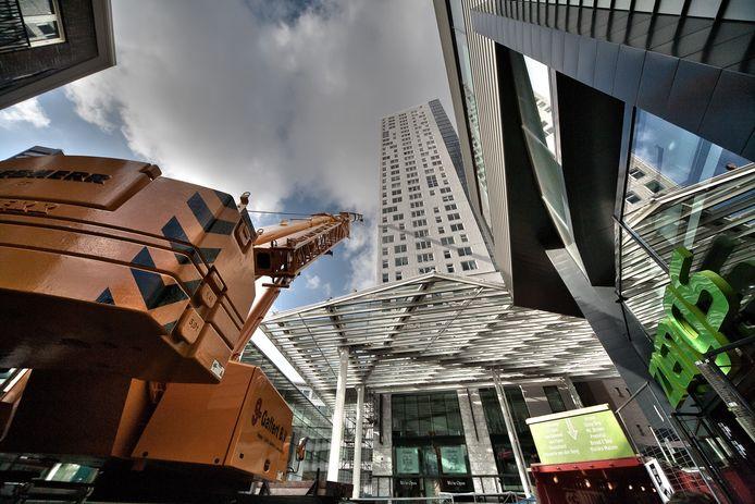 De plaatsing van een extra luifel moest de windhinder van de Admirant-flat aan de Nieuwe Emmasingel in Eindhoven tegengaan.