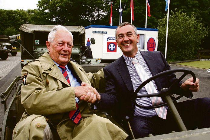 Jan Driessen l. schudt de nieuwe eigenaar Ronald van Pelt de hand op het terrein van het oorlogsmuseum in Best