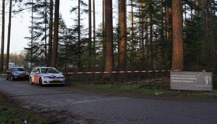 Politieauto's bij het recreatiepark De Zwarte Dennen. De politie heeft een lichaam gevonden. Vermoedelijk betreft het de vermiste 47-jarige Zwollenaar.