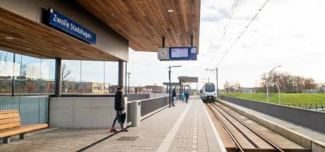 Treinreizigers houden zich niet aan coronaregels en vliegen boa's aan in Zwolle: politie pakt 10 man op