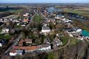 Luchtfoto van het dorpje Rhenoy aan de Linge.