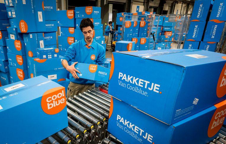 Drukte bij het distributiecentrum van internetwinkel Coolblue.  Beeld Hollandse Hoogte /  ANP