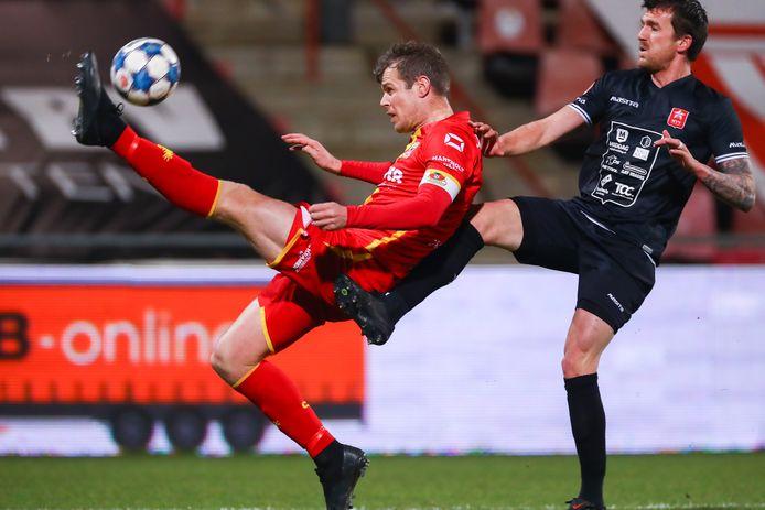 Jeroen Veldmate namens Go Ahead Eagles stijlvol in duel met Arne Naudts van MVV