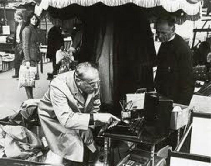 W.F. Hermans op een rommelmarkt