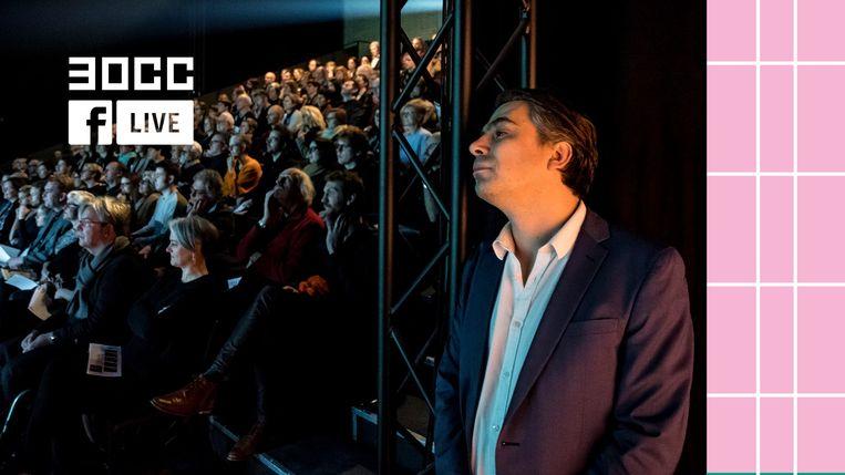 Stijn Devillé van Het nieuwstedelijk leest een stukje voor uit zijn nieuwe voorstelling 'Geel Hesje' via een Facebook Live. Beeld RV