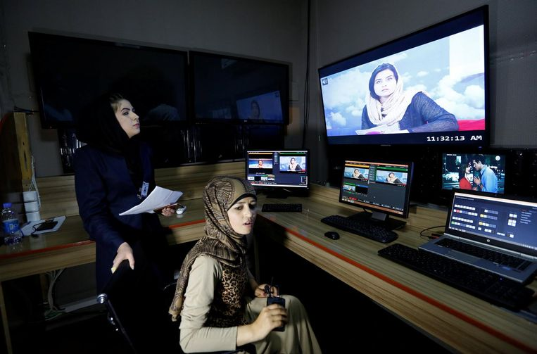 An editing room at the Zan TV station in Kabul. Beeld Reuters
