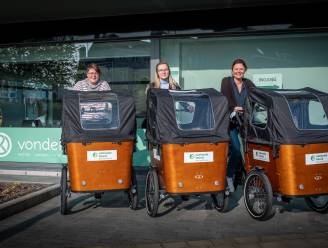 """Begeleiders van Vondels rijden met de bakfiets door Veurne op huisbezoek. """"Boodschappen thuis leveren is een idee."""""""