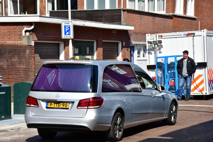 Lijkwagen arriveert in Frambozenstraat in Den Haag.