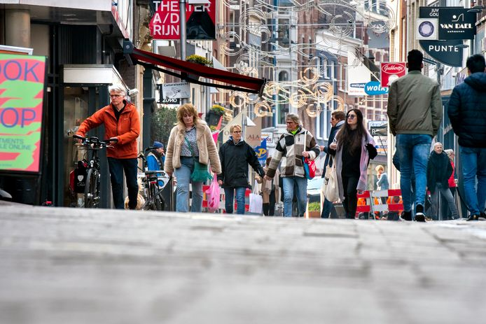 Een redelijk grote groep mensen wist woensdag de Arnhemse binnenstad te vinden, onder andere door heropening van kapsalons en winkelen op afspraak.