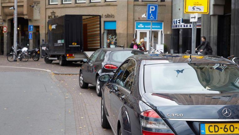 Een fout geparkeerde diplomatenauto in het centrum van Den Haag. Beeld null