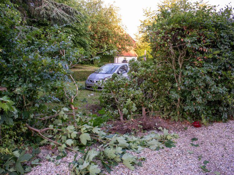 Auto slaat meerdere keren over de kop en belandt in voortuin