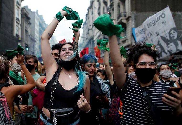Argentijnen vieren feest in Buenos Aires, nadat het Huis van Afgevaardigden gisteren een wet had aangenomen die abortus legaliseert. Aan de stemming ging een verhit debat vooraf. Binnenkort stemt de Senaat over de wet.  Beeld AP