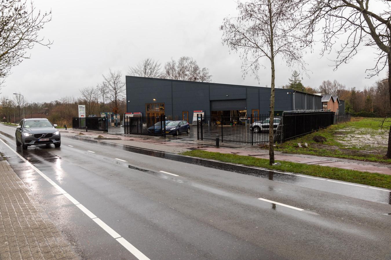Het bedrijfspand van Daams, met rechts daarvan een deel van de agrarische grond waar de opslagloods met showtuin mag komen.