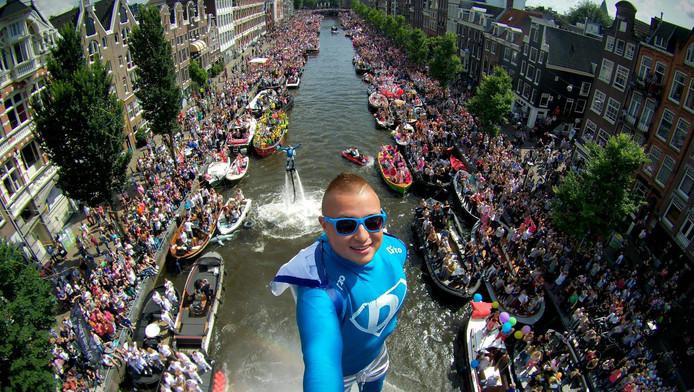 Flyboarder Bo Krook tijdens de Canal Pride in 2016.