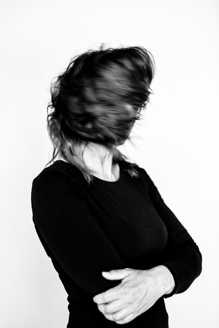 Astrid Holleeder: 'Iedereen pist over me heen. Het voelt alsof je van alle kanten wordt geslagen, bekeken, beoordeeld. Het doet wat met je, hoor, al die meningen' Beeld Linelle Deunk