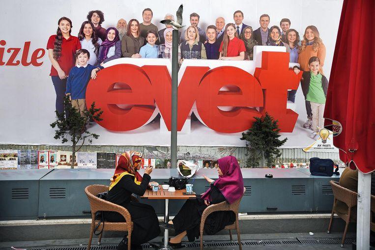 Twee turkse meiden eten een ijsje bij de Burger King op het Taksimplein Beeld null