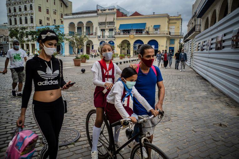 Mensen op straat in Havana, de hoofdstad van Cuba. Beeld AP