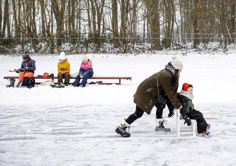 Kinderen schaatsen op de ijsbaan in het Utrechtse Doorn, die is opengegaan na een nacht hard werken door vrijwilligers. Beeld ANP