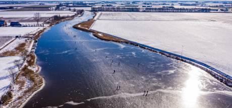 Schaatsen in West-Brabant: prachtige dronebeelden van schaatsers in perfect winterweer