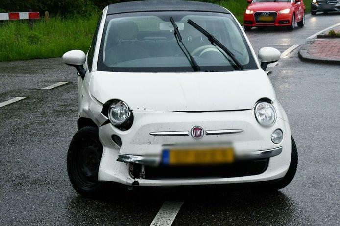 Een auto is flink beschadigd als het gevolg van het ongeval. Het andere voertuig ook.