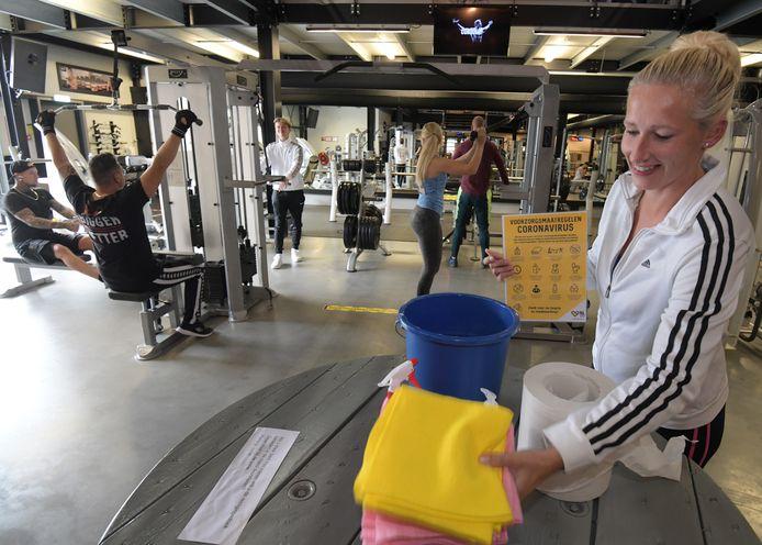 Eigenaresse Karin Vroege legt alles klaar voor de sporters.